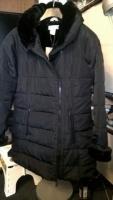 Женское стеганое пальто с меховым воротничком. Размер М