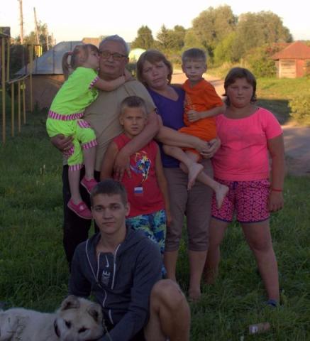 Eine große Familie aus Russland nimmt dankbar Hilfe an