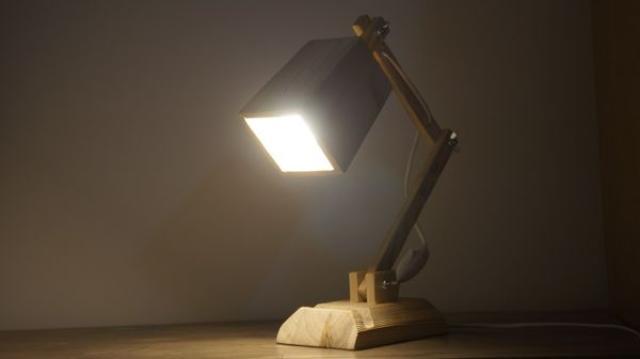 настольный деревянный светильник ручной работы